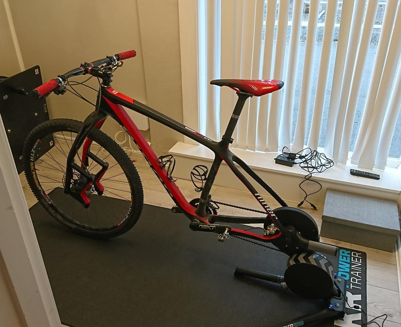 Eget rom tilrettelagt og ferdig rigget til watt test og egentrening på sykkel.