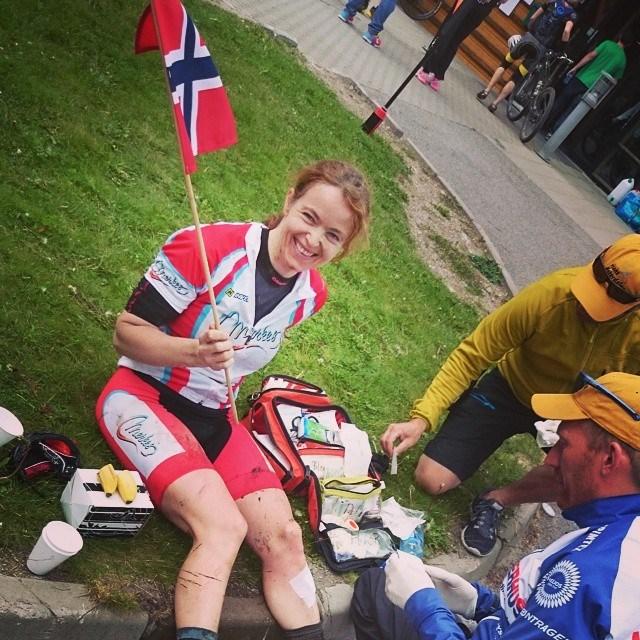 I mål på Transøsterdalen siste dag av tre etapper etter å ha gått kraftig i bakken i 40 km/t en drøy mil før mål får hun god behandling. Det var skulderen som tok det meste av fallet men den ble også god igjen etter en stund..