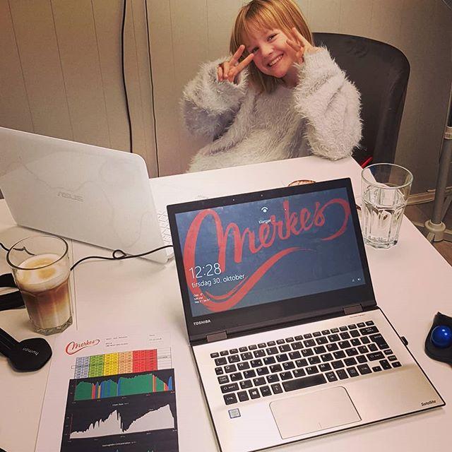I dag har vi ekstra selskap fra Thea på åtte år som var litt syk i morges. Nå virker hun veldig mye bedre og holder pappa @thorbjornmerkesdal med selskap når han lager treningsplaner 😆😊🤗