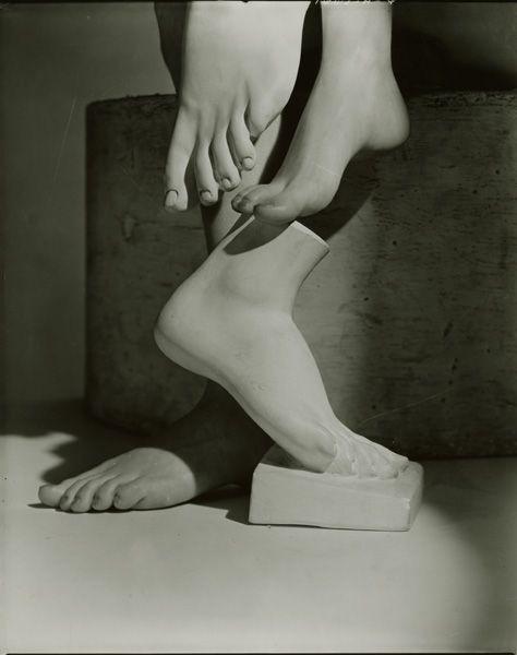 Horst P barefoot beauty 1941.jpg