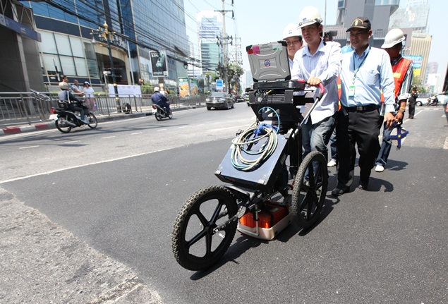 Officials from the Bangkok Metropolitan Administration use ground penetrating radar (GPR) to check a section of Rama IV Road, starting from Lumpini Tower to the Thai-Belgium Bridge. SOMCHAI POOMLARD