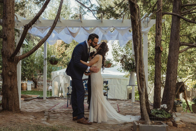 Nevada City wedding couple kissing photo