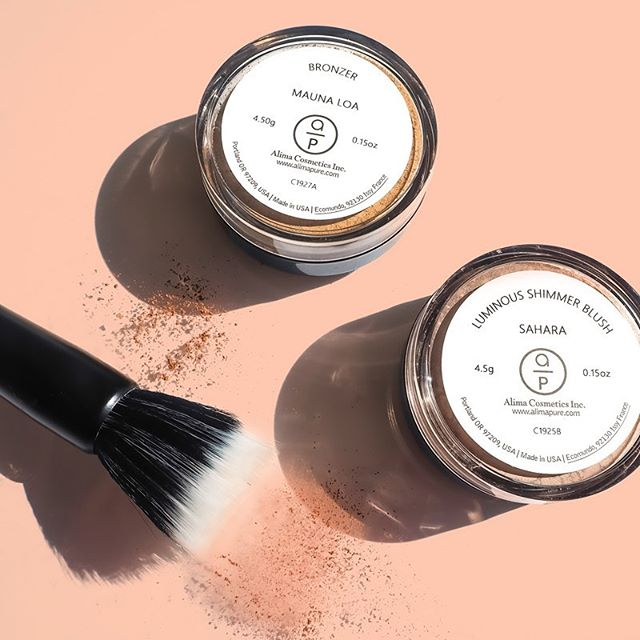 Todays natural beauty select: @alimapure.  Absolutely lovely mineral matte bronzer & shimmer blush. Super fine texture, smooth airbrush finish & nice buildable color. Their soft brushes are good quality and pair nicely w/ their powder products. . . The Mauna Loa bronzer is my favorite new find at the moment. A must try 🙌 . . . . . *kindly gifted