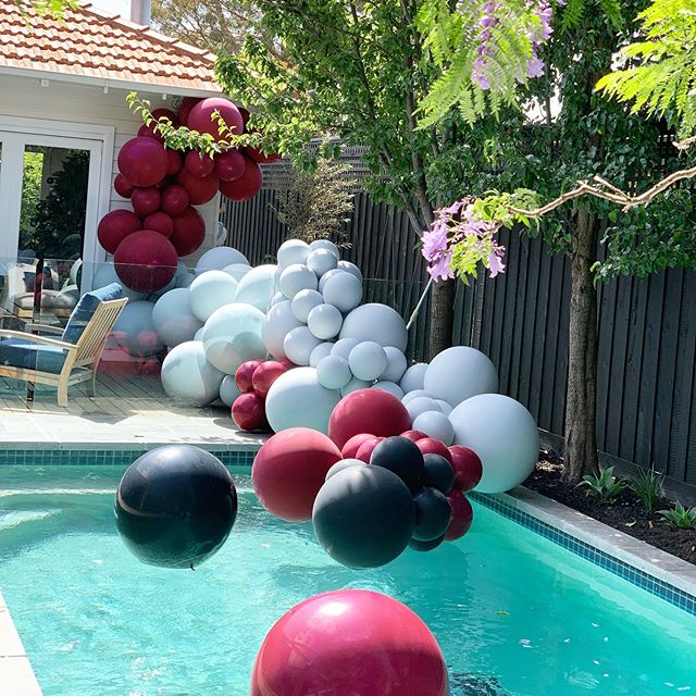 Summer vibes with our favs at @lettuceandco  We love it when summer comes and we get to put our toes in the water and dress up some amazing gardens! #summer #poolballoons #poolinstallation