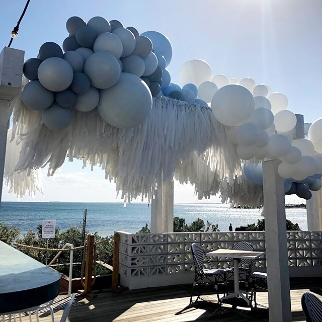 Another summer stunner... combines forces with the legends at @partywithlenzo  and @banginhangins! That view 🙌🏼 #eventdecor #ballooninstallation #eventsmelbourne