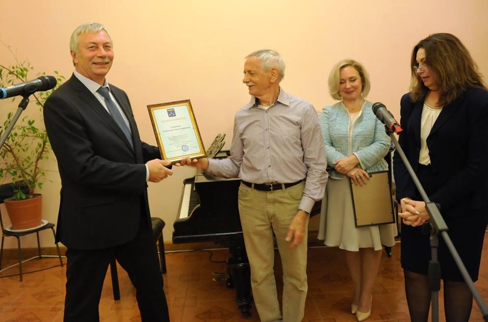 Мэр г. Жуковский А.П. Войтюк вручает благодарность фотографу Анатолию Смирнову