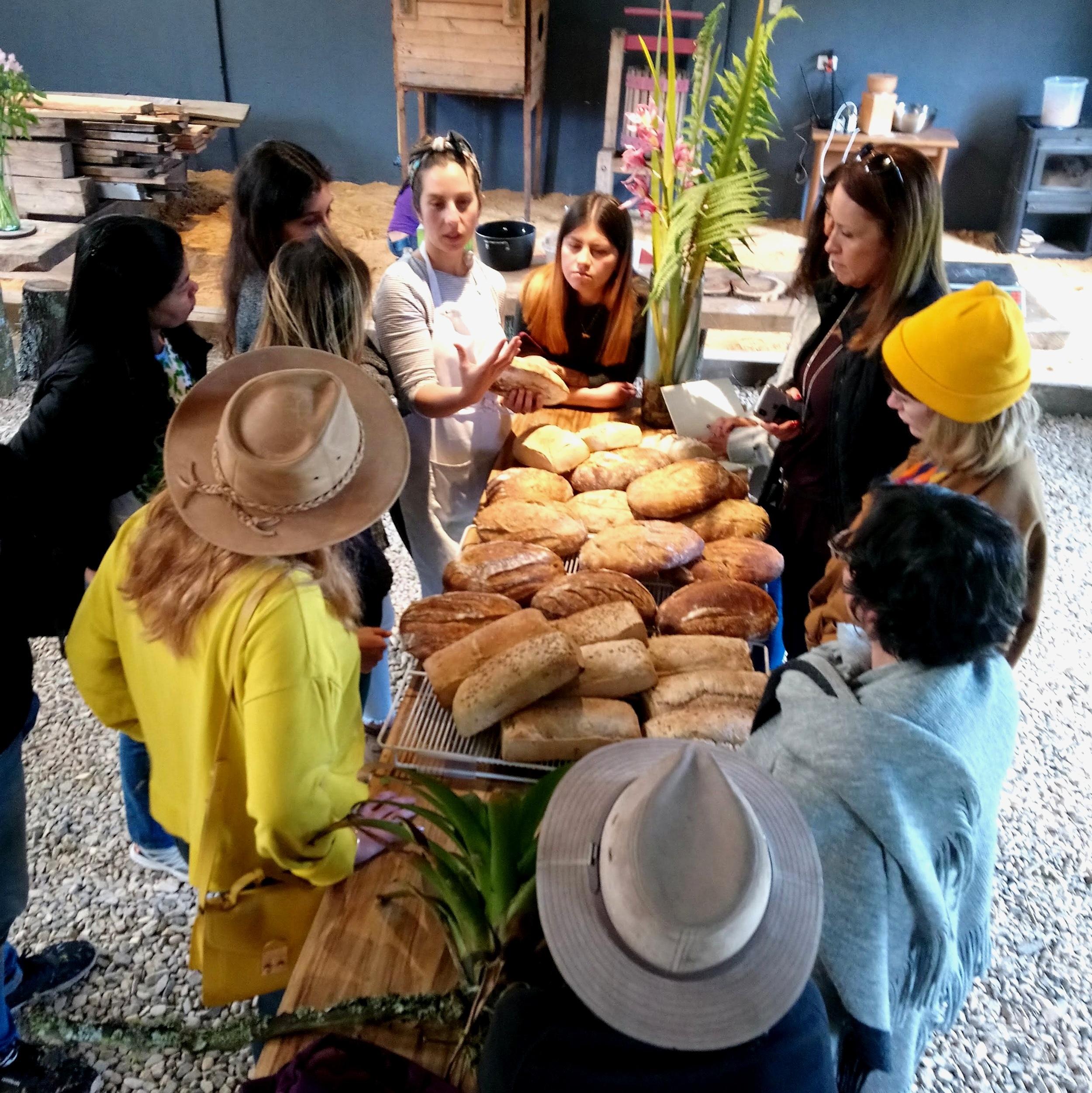 Los worshops en Deveras tienen el objetivo de conectar temas específicos alrededor de la gastronomía y la producción sustentable, con el sistema de alimentos. Panadería artesanal, carnicería, vida de finca, hierbas, se abordan con un aliado experto con el propósito final de dar herramientas para tomar mejores decisiones de consumo. Las visitas guiadas abiertas se dan una vez al mes y para grupos se programan y diseñan de acuerdo al enfoque.  CALENDARIO DE WORKSHOPS