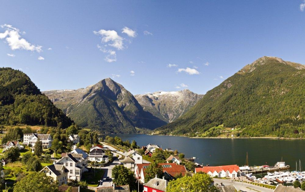 Utsikt mot Esebotnen og fjord, fjell.