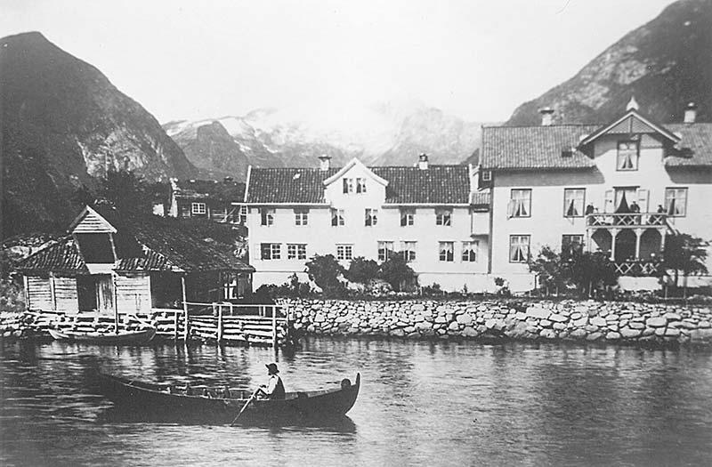 Kviknes Hotel har vore gjennom fleire utbyggingar gjennom åra. Stadig fleire besøkande betydde at hotellet måtte auke kapasiteten.