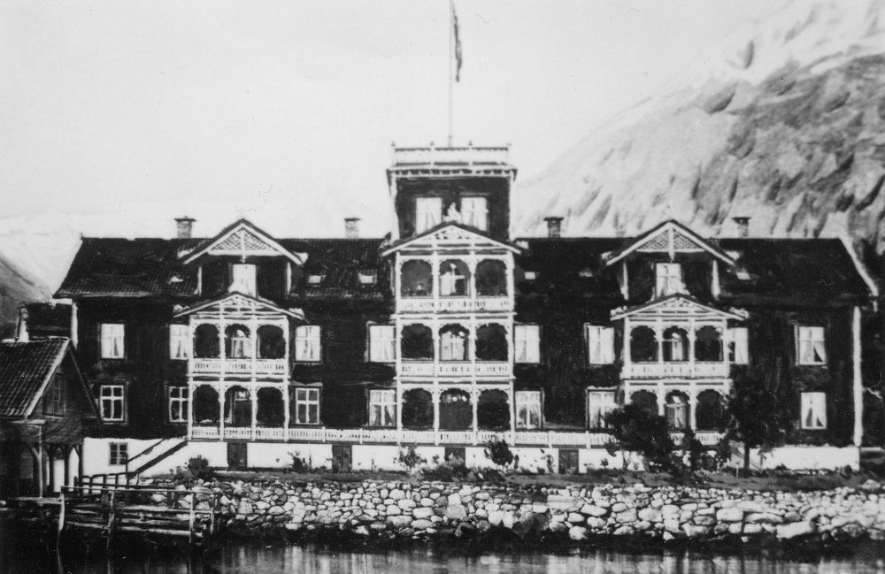 Dei vestlandske fjordane blir på slutten av 1800-talet det nyoppdaga reiselandet, og Ole Kvikne innsåg at han måtte byggje eit ordentleg hotell. Arkitekt Franz W. Schiertz teiknar hotellet, som står f