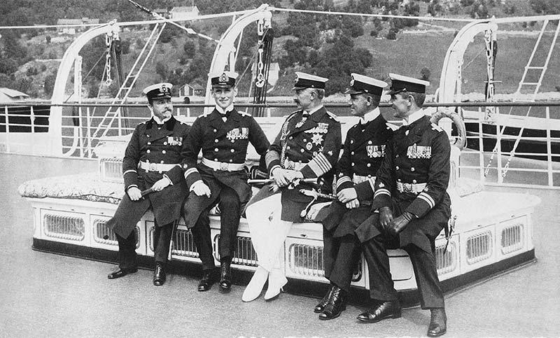 Tysklands siste keiser, Wilhelm II (1859—1941) likte seg godt i Balestrand og på Kviknes Hotel. Her slappar han av på Sognefjorden.