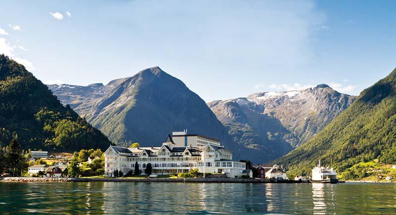 Balestrand og Kviknes Hotel sett frå Sognefjorden ein sumardag
