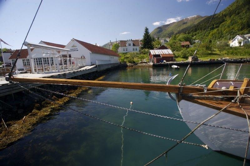 Ein stille og fredeleg sommardag ved kaien i Balestrand. Sognefjord Akvarium til venstre.