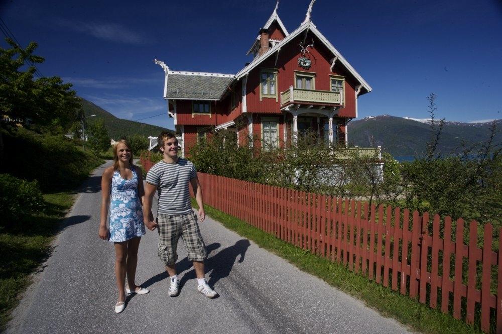 På vandring i Balestrand vil du oppleve mange praktfulle villaer i drakestil.