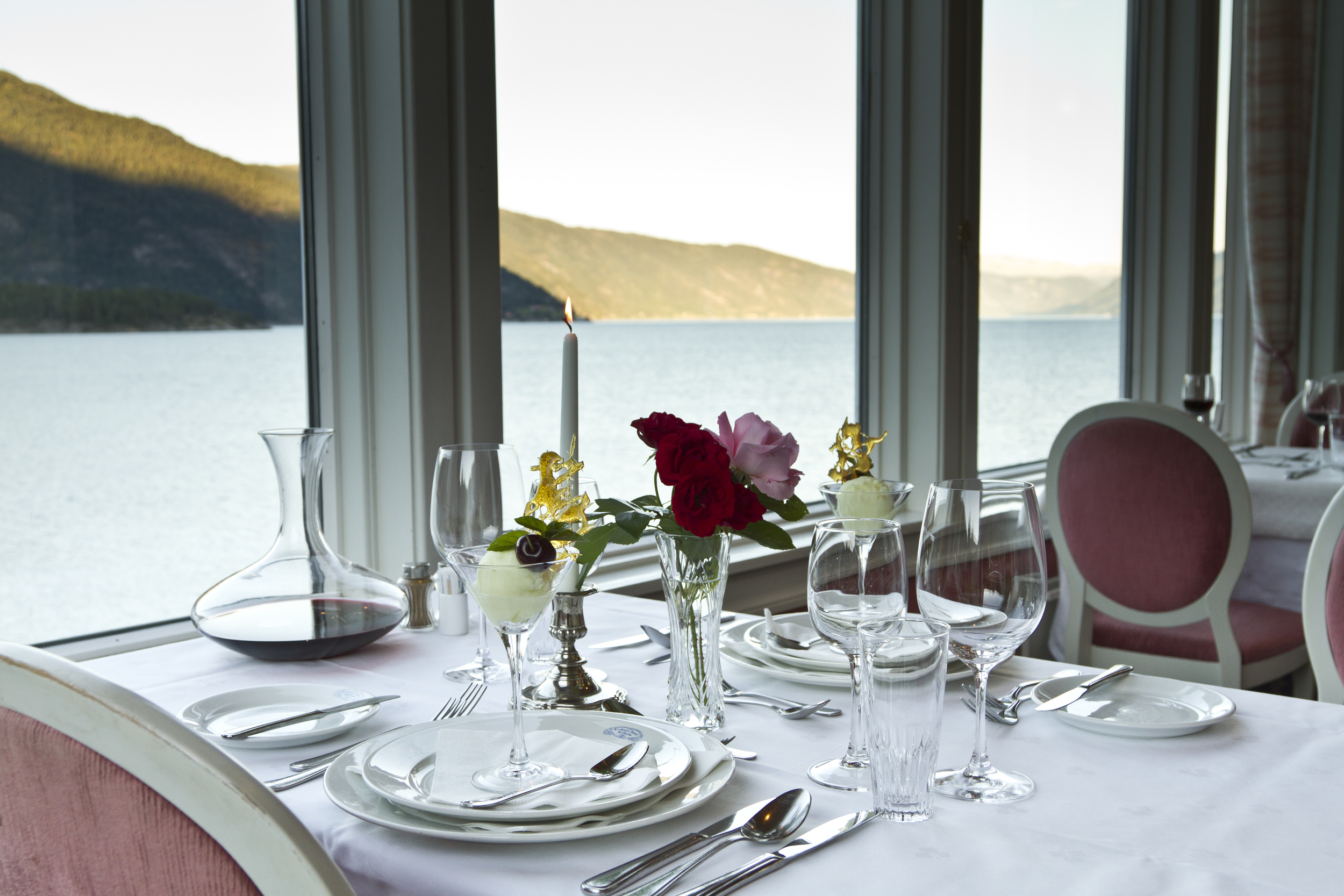 Restaurant med utsikt mot Sognefjorden.