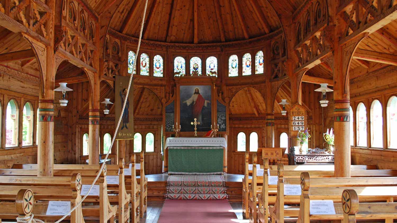 """St. Olaf Church i Balestrand er nesten heilt lik Disney-kyrkja innvendig. Elsa i Disney-filmen""""Frost"""" blir krona til dronning i denne kyrkja."""