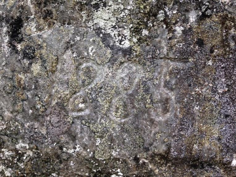Året 1885 er hogd inn i ein stor stein cirka halvvegs opp mot Gulleplestølen.   FOTO: Keipenstiens dugnadsgjeng