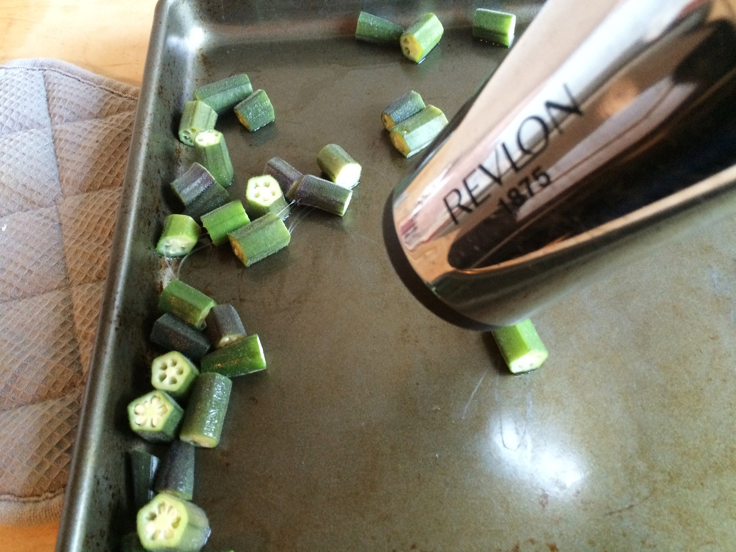 Move the chilled okra to a baking sheet and dry it thoroughly with a hair dryer for 10 minutes. Use a baking sheet with tall walls. Okra is very light and will blow away. You can see that the okra is still sticky.