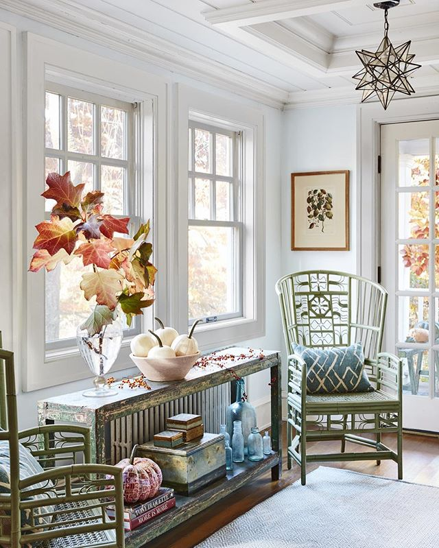 It's almost fall!! Now if only the weather here in Texas would cooperate😜. Decorating for fall can get us in the fall mood though! I love how a simple branch of fall leaves can instantly bring the outdoors in like you see here in this @countrylivingmag shot!🍃🍂🍁Check out the blog for more fall decorating inspiration!