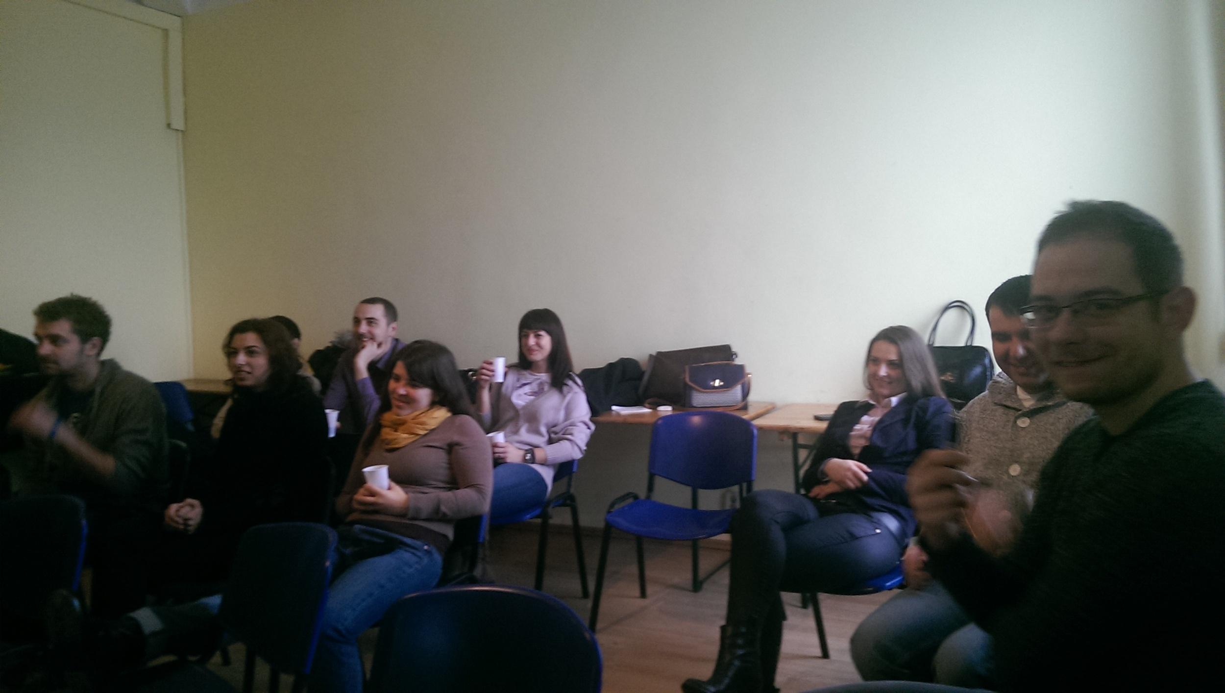 Grupă de oameni încântați de Public Speaking