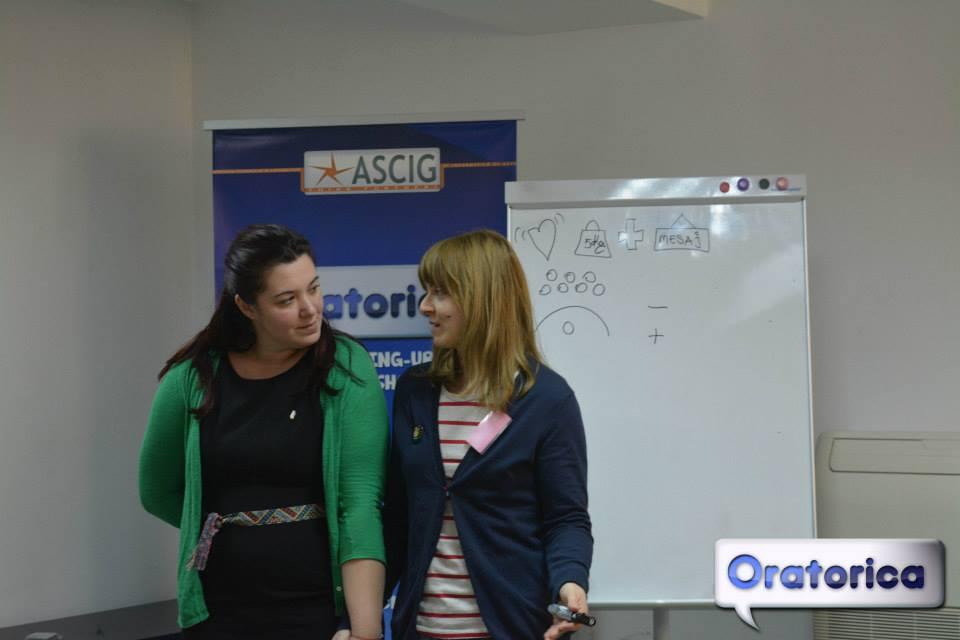 Oratorica - alături de o participantă - făceam primii pași în vorbit în public, împreună
