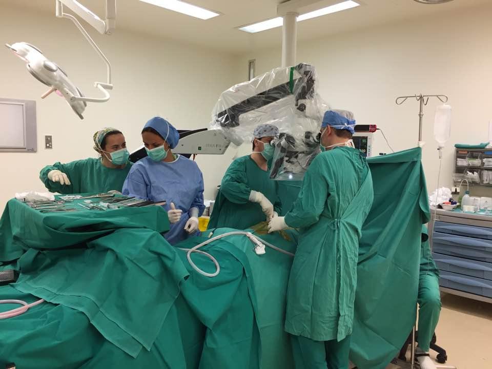 Περιστατικό 1ο — Χειρουργείο. Υπό μικροσκόπηση ανάσπαση του οδοντωτού συνδέσμου και του νωτιαίου μυελού και πληρης αφαίρεση του όγκου.
