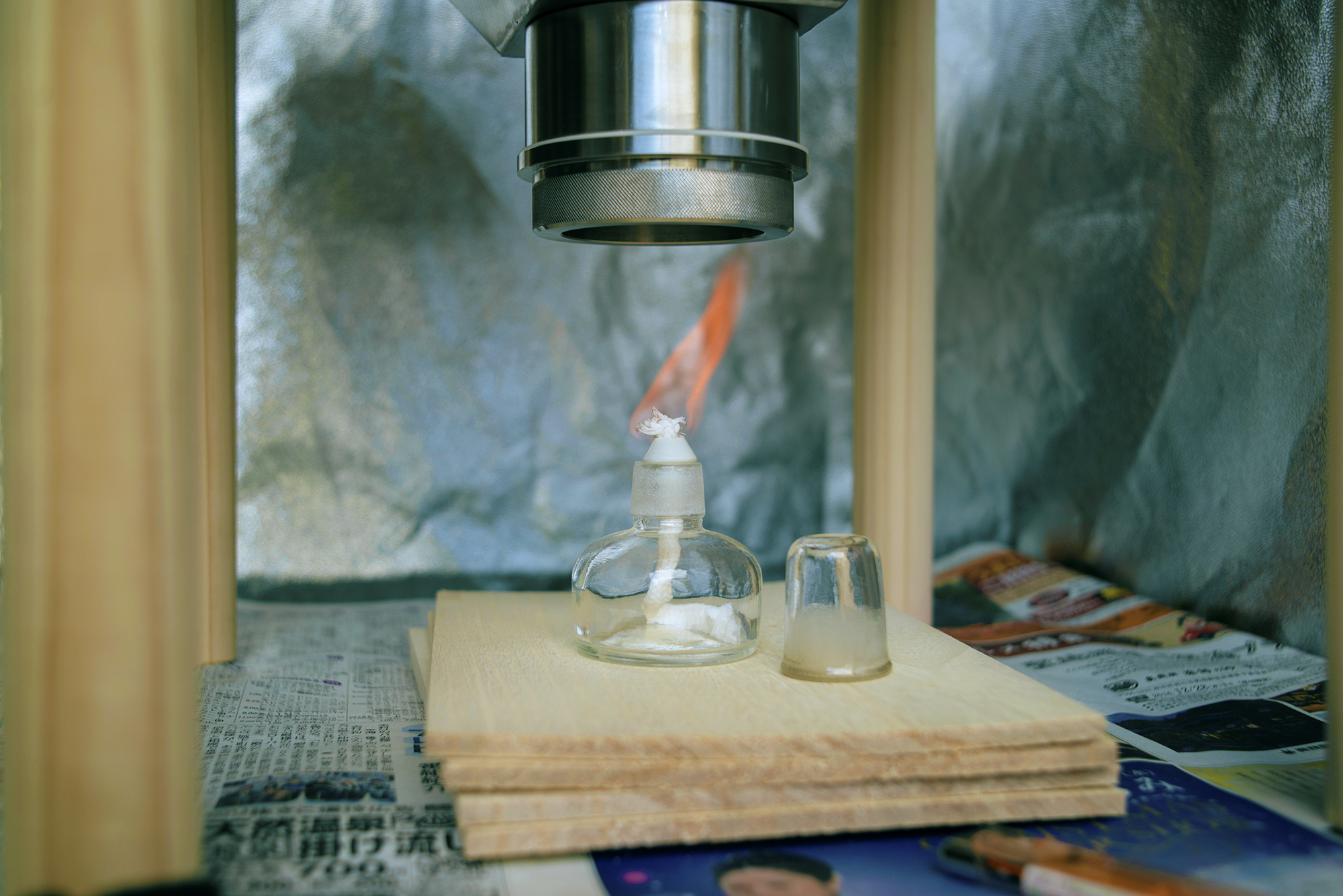 Alcohol lamp to warm up the mercury for developing.  アルコールランプで水銀を温める  알코올 램프에서 수은을 데운다.