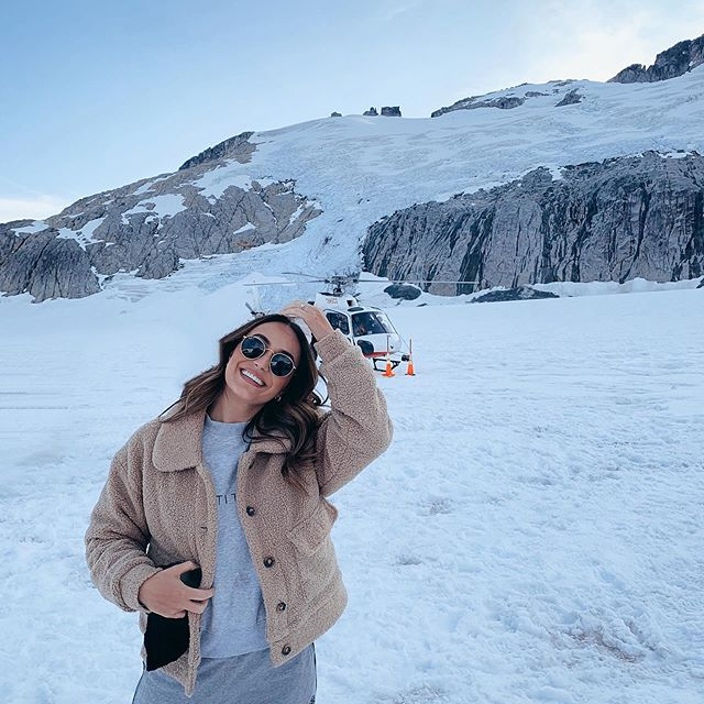 A L A S K A 🐺 had the most incredible experience 🙌🏼 flying in a helicopter for the very first time up to a glacier in Juneau (im the person who has sweaty palms when the plane takes off and nearly cries when the plane hits turbulence) but what was waiting on top of the glacier is what was pushing me through my fear of flying - the mushers dog camp. Being able to meet these gorgeous animals made it all worth it 😇 #alaska #juneau #dogsled #helicopter