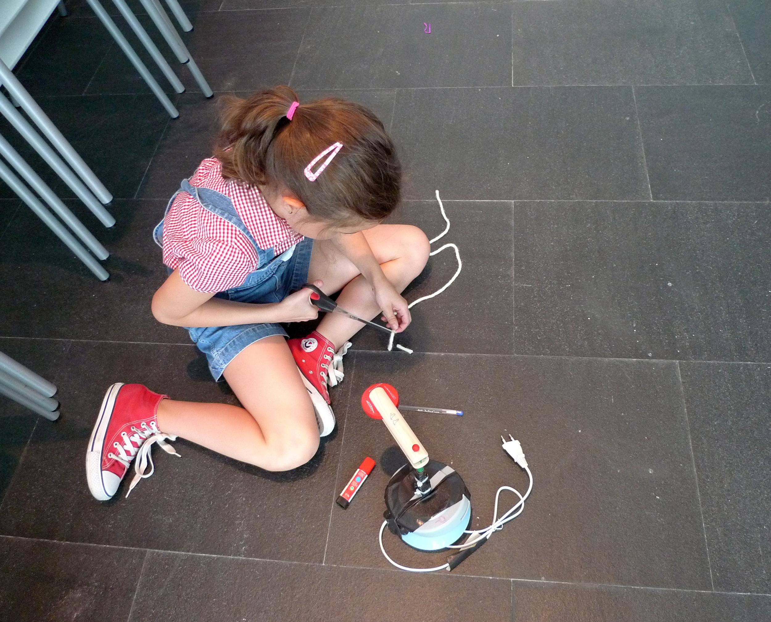 ca2m 2009-7 taller de bricolaje sonoro staalplaat. foto carlos granados.jpg