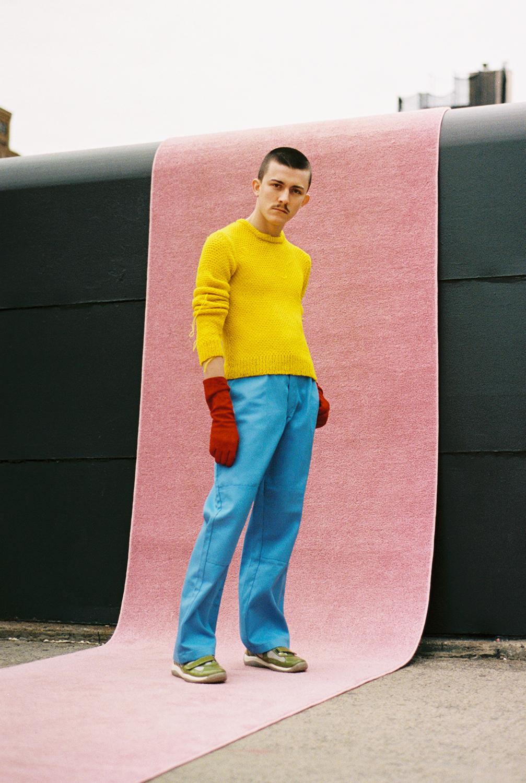 suede gloves VINTAGE, knit sweater J.W. ANDERSON, pants DICKIES, trainers PRADA