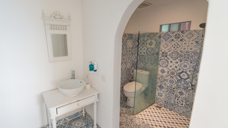 room-2-bathroom.jpg