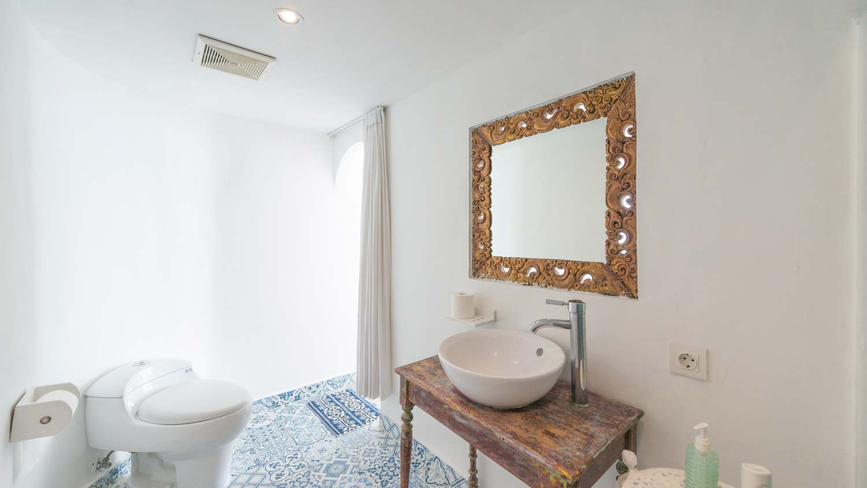 The-Sun-&-Surf-Stay-room-1-bathroom-2.jpg
