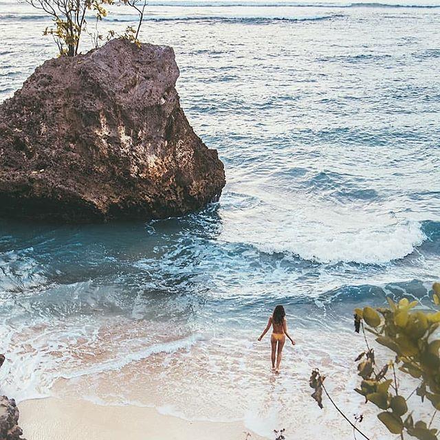 BINGIN BEACH 💙 . . . . . . . 📷 @catchagypsea  #sunset #beach #bali #supreme #best #bingin #binginbeach #sunsurfstay #salty #surf
