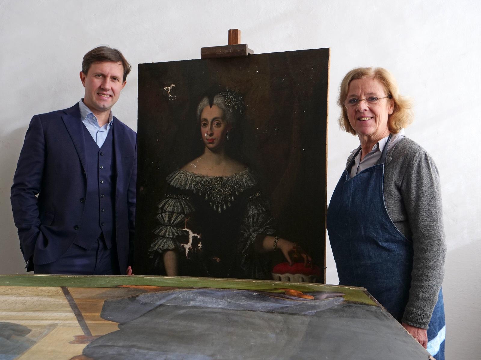 La conservatrice Rossella Lari nello studio con il nostro dipinto ed il sindaco di Firenze Dario Nardella