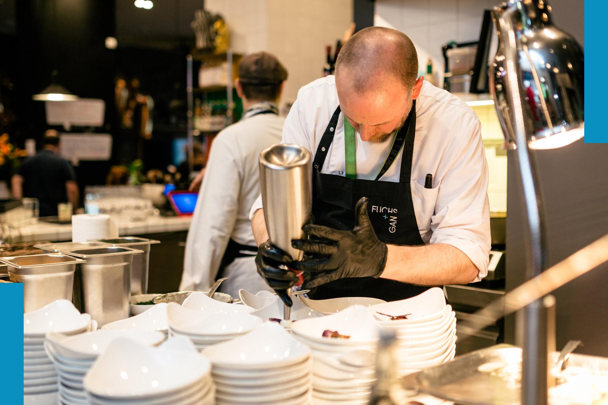Köchin / Koch - Du hast Spaß am Kochen und an tollen Produkten. Du willst im Team arbeiten und Gastgeber sein. Du bist motiviert und neugierig Neues zu entdecken.Bewirb dich gern direkt unter: jobs@fuchsundgans.comDownload Aufgabenbeschreibung