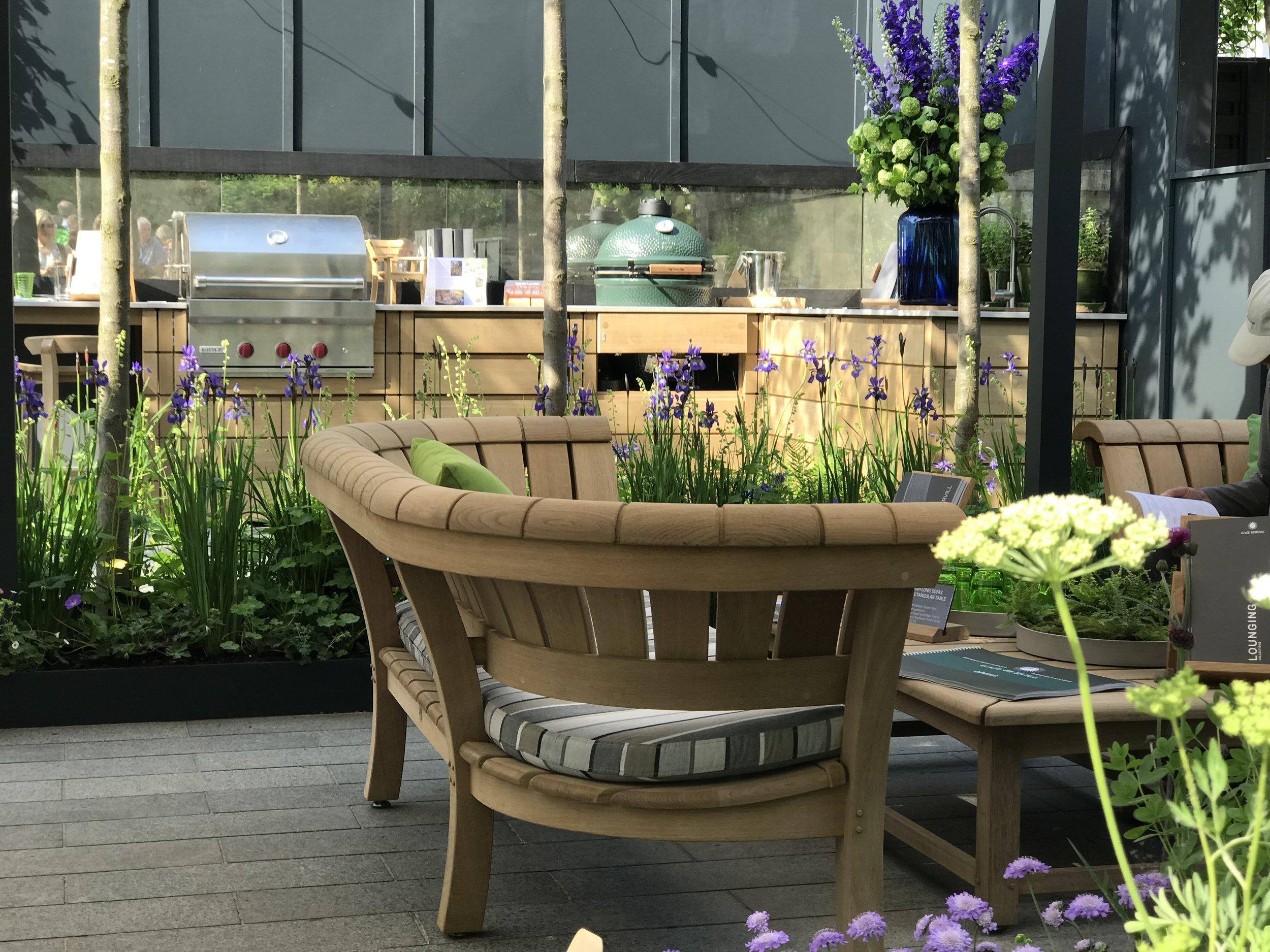 Modern Outdoor Kitchen by Gaze Burvill. Garden Designer: Butter Wakefield. Image: Lorraine Young/Verve Garden Design