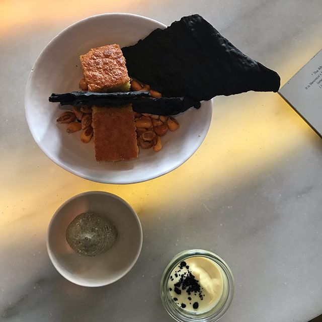 Cornbread and cracked corn awaiting the stunning ceviche at @a_cevicheria_chefkiko in Lisbon today. Worth a look at the slideshow if you are having a cheese sandwich at home. 💗#lisbon #ceviche #lunch #wine #weekendoff #sapnastewartandroariehavePickle #Pickletheborderterrier #Pickleonhisholidays