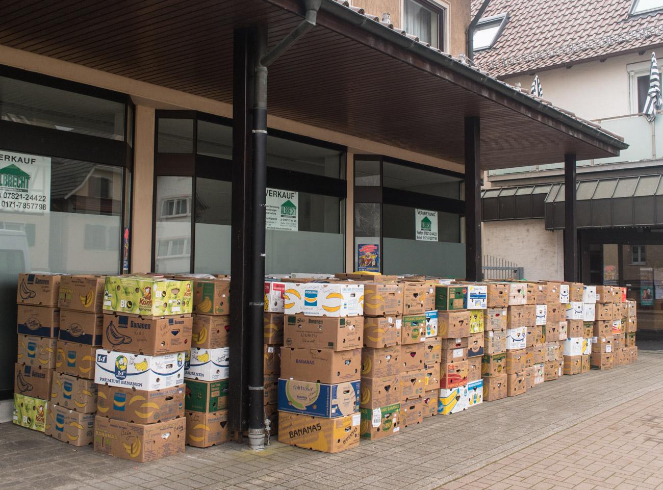 Die knapp 400 Kartons warten auf den Transport!