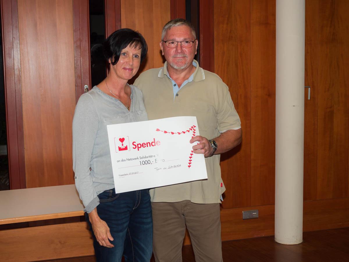 Andrea Königsmann-Schuppler und Eberhard Braun bei der Spendenübergabe