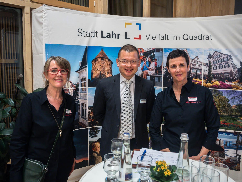 Peter Korn von der Kanzlei Jürgenmeyer und Partner mit den Vertreterinnen der Schublade 10 e.V.