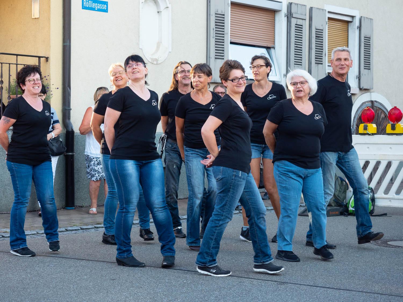 Die mobile Linedance-Gruppe im Einsatz vor der Schublade 10.