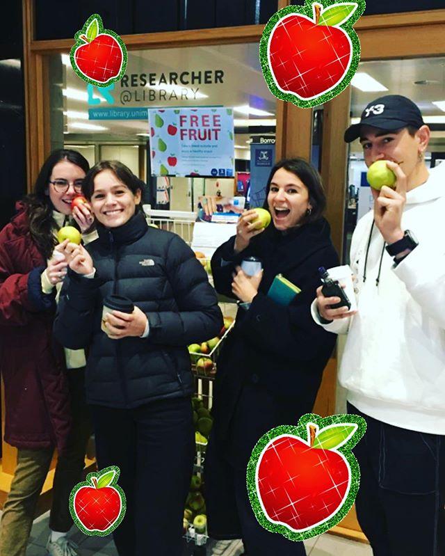 Fruit o'clock! 🍏🍎🍐🍎🍏🍐 get your brain food now 🧠 📚📒📝✏️🧠 #studentfood #igfood #foodie #foodphotography #eathealthy #eatwell #nomnom #foodie #instafood #instalove #vegan #healthyfood #vegetarian #veggie  #yummy #eatfruit #fruit #community #unimelb #baillieulibrary #universityofmelbourne #freefood #waronwasteau #waronwaste #plasticfree #reuse #volunteers #volunteering