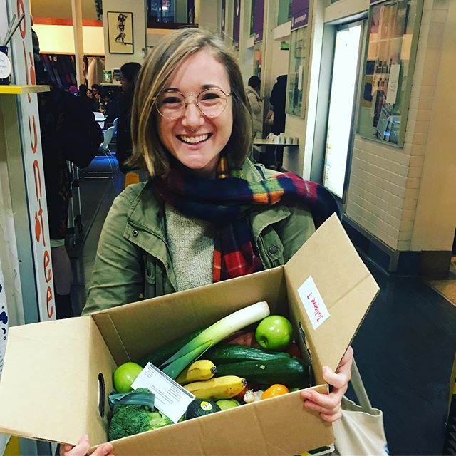 Today we started our first trial of low-cost, (mostly) plastic free fruit and veg boxes. A wonderful collaboration with one of our favourite social enterprises @thecommunitygrocer 🍠🥕🥦🍆🍅🍎🍏 if you're interested in picking up a box of fresh produce from campus every week email us with 'veg box' in the subject at info@fairfoodchallenge.com 🥦🥕🌽 can't wait to see what these legends cook up!