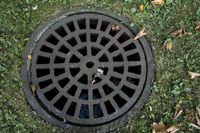 sewer-cover-178443_640.jpg
