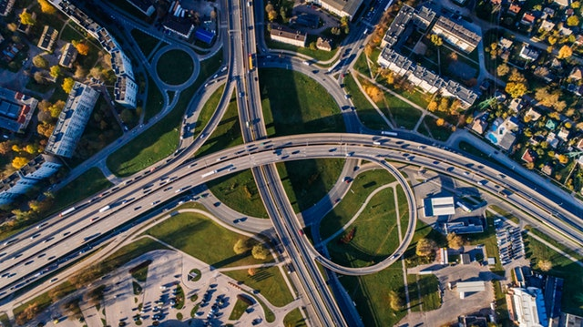 An eagle eyes view of a highways intersection.