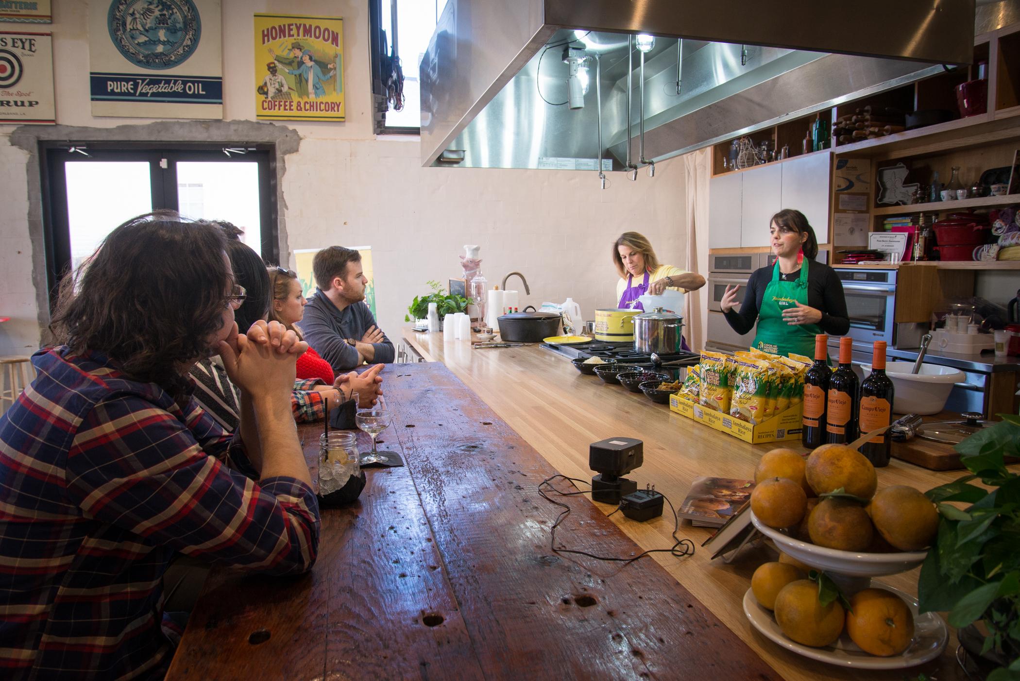 TSB_7665[jambalaya cooking kitchen visitors].jpg