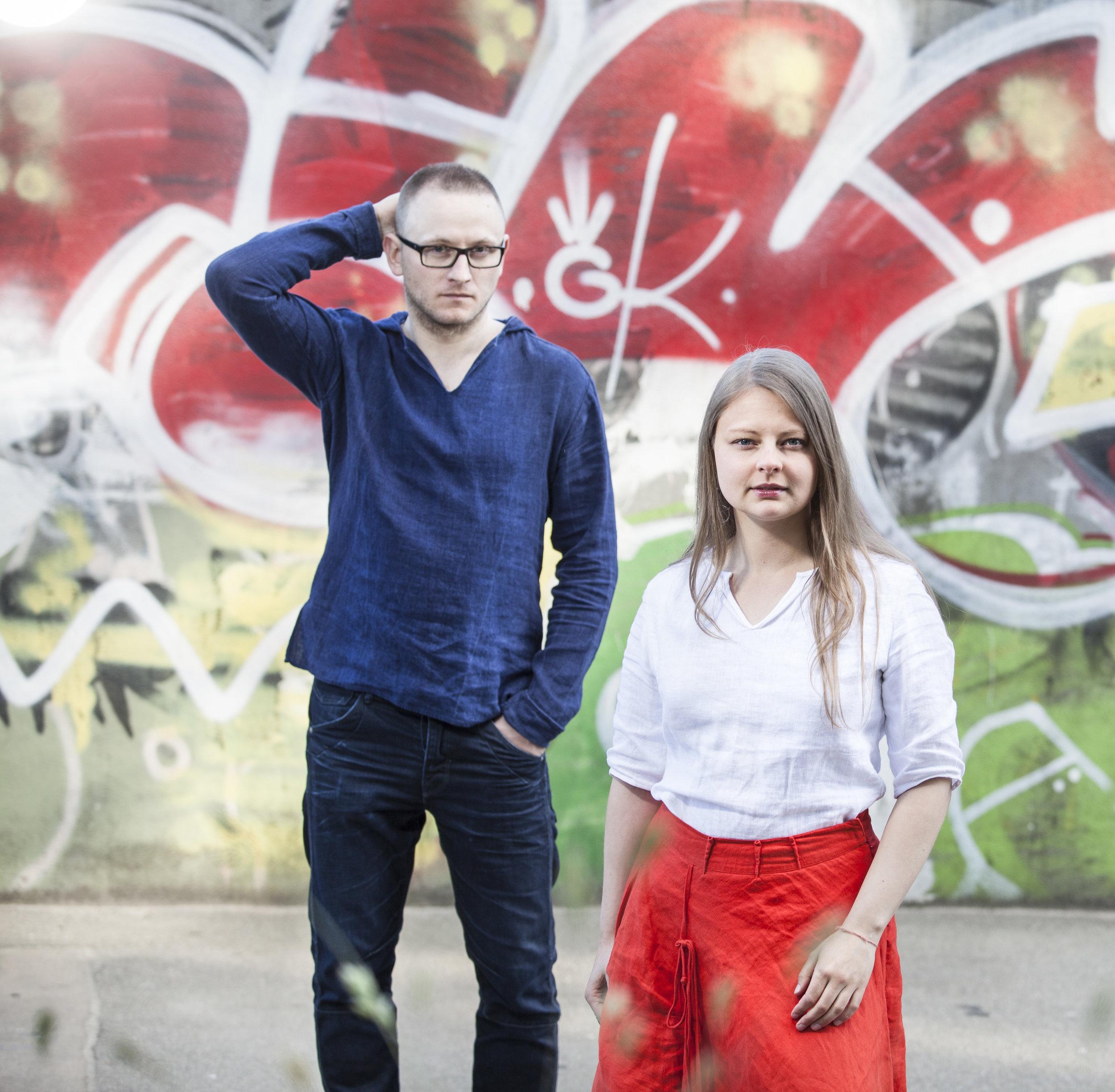 DJ Mosnta (Uldis Cirulis), Laima Jansone  kokle    ライマ・ヤンソーネ はラトビア民族弦楽器クアクレの名手である。彼女の演奏スタイルは即興性を重視しており、瞑想と衝動、古代と現代の音楽が相互に作用している。ライマ・ヤンソーネは2011年にCD「シドラブス(Sidrabs)」をリリースし、音楽家及び作曲家としてそのキャリアをスタートさせた。2014年にはクアクレ奏者としての斬新な運動が評価され、ラトビア音楽大賞にノミネートされた。彼女はクアクレ演奏の技術の幅を広げると同時にエスニックジャズ、アンビエント、クラシック等のジャンルも取り入れている。ラトビア最大のコンサートホールでの演奏を始めとし、イタリア、ベルギー、オーストラリア、ノルウェー、ドイツ、日本やアメリカ等でも公演を行っている。   Laima Jansone is a virtuoso of the  kokle,  a traditional Latvian instrument. Improvisation is an important part of her performance style, with a musical interaction between the meditative and impulsive; the ancient and contemporary. Laima Jansone started her professional career as a musician and a composer in 2011 by releasing her first solo CD, Sidrabs. In 2014, she was nominated for the Great Music Award of Latvia for her work in starting a new movement of kokle players. She has expanded kokle playing techniques and has also embraced genres such as ethno jazz, ambient and classical music. She has brought her performances to the public at the largest concert halls in Latvia as well as in Italy, Belgium, Australia, Norway, Germany, Japan, USA, etc.    モンスタ(本名ウルディス・ツィールリス)はラトビアで一番経験豊富なDJの一人。エレクトロミュージシャン、スクラッチDJ、ターンテーブリストで、音楽プロデューサーである。新しいテクノロジーにチャレンジするのが大好きなので、その新しい技術を駆使して、ライブやレコーディングを行う。ラトビアで一番のヒップホップとジャズのミュージシャンといろんなプロジェクトでコラボレーションした。エレクトロニックとスクラッチの試み、世界で有名なラトビアラジオ合唱団、テンソ・ヨーロッパ室内合唱団、ラトビア国立交響楽団と一緒に大規模プロジェクトに参加するなど活動は多岐にわたる。2014年ラトビア「Red Bull Thre3Style」選手権でチャンピオンに輝き、2016年の世界DMCオンライン選手権(World DMC Online Championships)で11位となった。最近はラトビアの伝統音楽に挑戦している。エレクトロニック音のバイブ、リズムと昔の価値観、ラトビアのフォークバンドとラトビアの伝統的な楽器、クアクレの名手ライマ・ヤンソーネ(Laima Jansone)と一緒に活動している。  DJ Monsta (Uldis Cirulis) is an electronic musician, scratch DJ, turntablist and producer. DJ Monsta challenges himself to use new technology when creating live music as well as in recordings. He has collaborated in several projects with Latvia's best hip hop artists and jazz musicians. Experimenting with electronics and scratch, he has participated in large-scale pr