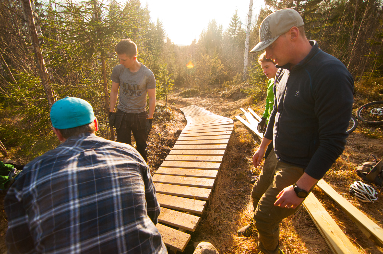 Magisk kväll. Förlängning av sista träbron på Second Chance påbörjas. Vattenpölarna innan bron är snart ett minne blott.