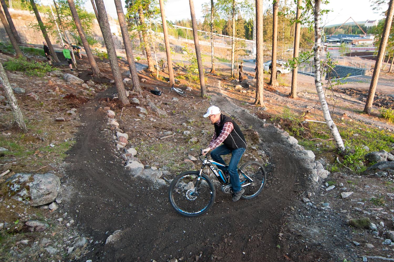 Anders som drabbats av gubbvad dagen till ära testcyklar istället för att gräva. Med elcykel.