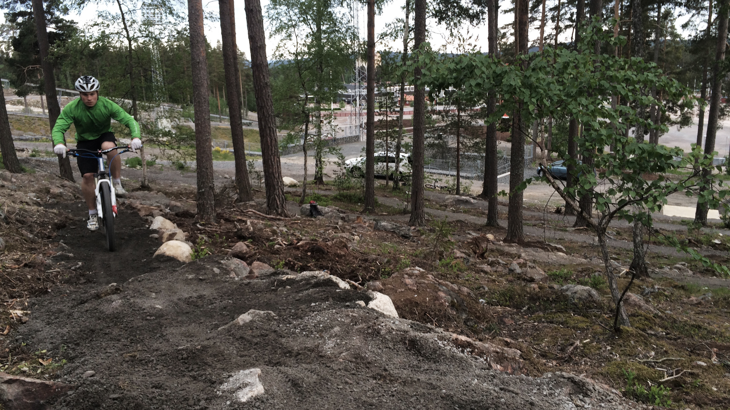 Hampus på sista delen av klättringen, där det brantar på något. När stenmjölet fått regna in ordentligt kommer det vara en stenkista man cyklar på sista biten.